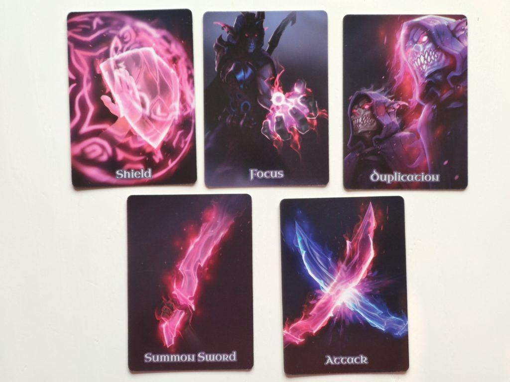 Les 5 cartes actions possibles dans Vanagloria : The Card Game
